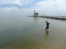 Chłopiec odprowadzenie w wodzie Zdjęcia Royalty Free