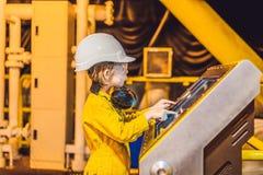 Ch?opiec operatora magnetofonowa operacja ropa i gaz proces przy olejem i takielunek ro?lin?, na morzu ropa i gaz przemys?, na mo obraz stock