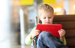 Chłopiec patrzeje dotyka ochraniacza w lotnisku Zdjęcia Stock