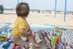 Chłopiec patrzeje morze Obraz Stock