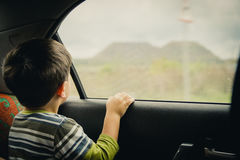 Chłopiec patrzeje przez okno Zdjęcie Stock