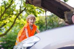 Chłopiec patrzeje silnika w rodzinnym samochodzie Fotografia Royalty Free