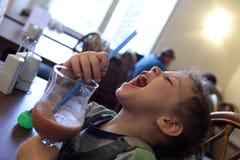 Chłopiec pije smoothies zdjęcia royalty free