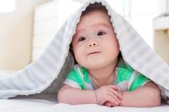 Chłopiec pod koc Zdjęcie Stock