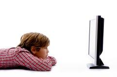 chłopiec pozy strony tv dopatrywanie zdjęcie royalty free