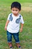 Chłopiec pozycja na trawie Fotografia Stock