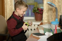 Chłopiec pracuje w jego biurze na osobistym komputerze Ciie Zdjęcia Royalty Free