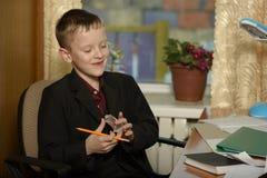 Chłopiec pracuje w jego biurze na osobistym komputerze Pisze l Zdjęcia Stock