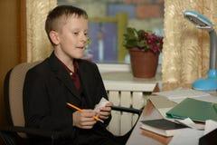Chłopiec pracuje w jego biurze na osobistym komputerze Pisze l Zdjęcie Stock