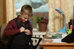Chłopiec pracuje w jego biurze na osobistym komputerze Przymocowywa th Zdjęcia Royalty Free