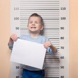 Chłopiec przeciw milicyjnemu uszeregowaniu Obraz Stock