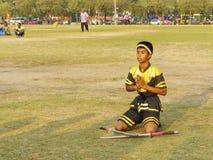 Chłopiec przed przedstawienie tradycyjnym kordzikiem Zdjęcia Royalty Free