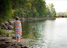 Chłopiec przy jeziorem Obraz Stock