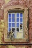 Chłopiec przy okno zdjęcie royalty free