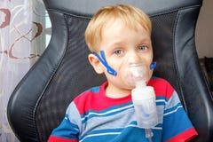Chłopiec robi inhalaci z nebulizer Zdjęcie Stock