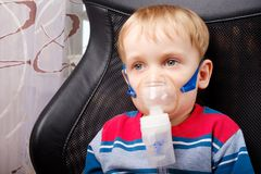 Chłopiec robi inhalaci z nebulizer Zdjęcie Royalty Free