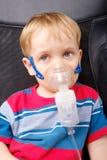 Chłopiec robi inhalaci z nebulizer Zdjęcia Stock