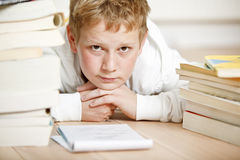chłopiec robi nastoletniej jego pracie domowej Zdjęcia Royalty Free