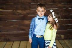 Chłopiec robi twarzom i jego siostr spojrzeniom on Zdjęcia Royalty Free