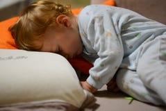 Chłopiec 1 roczniaka sen obrazy royalty free