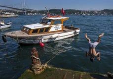 Chłopiec skacze w Bosphorus przy Ortakoy w Istabul, Turcja Obrazy Stock