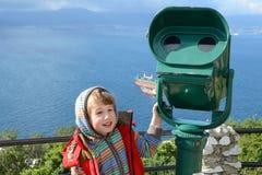 Chłopiec stojaki przy teleskopem w Gibraltar Obrazy Royalty Free