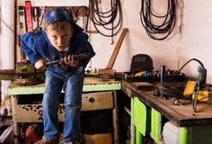 Chłopiec szkolny wiek w metalu warsztacie Fotografia Stock