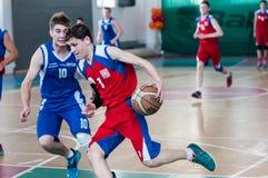 Chłopiec sztuki koszykówka, Orenburg, Rosja Obrazy Royalty Free