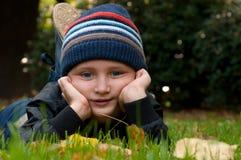 Chłopiec target489_0_ w parku Zdjęcie Royalty Free