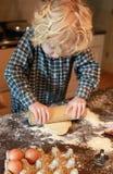 Chłopiec toczny ciasto out Fotografia Royalty Free