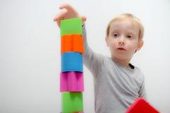 Chłopiec trzy lat siedzi na sztukach i stole Zdjęcie Stock