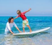 Chłopiec uczenie surfing Fotografia Royalty Free