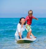 Chłopiec uczenie surfing Obraz Stock