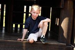 Chłopiec w alkierzu Zdjęcie Royalty Free