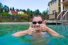 Chłopiec w basenie outdoors Obrazy Royalty Free