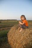 Chłopiec w haystack w polu Zdjęcie Stock