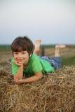 Chłopiec w haystack w polu Obrazy Stock