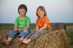Chłopiec w haystack w polu Fotografia Royalty Free