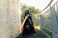 Chłopiec w kostiumu Darth Vader z kordzikiem Obrazy Stock