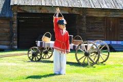 Chłopiec w krajowym Rosyjskim kostiumu na wioski podwórzu Obrazy Royalty Free