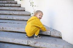 Chłopiec w modnym sportswear w parku zdjęcie stock