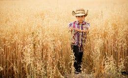Chłopiec w owsa polu Zdjęcia Stock