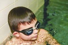 Chłopiec w salowym jawnym basenie Portret dziecko z swimmng gogle Obrazy Stock