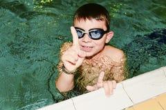 Chłopiec w salowym jawnym basenie Portret chłopiec punkty z palcem up Zdjęcie Royalty Free