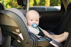 Chłopiec w samochodowym siedzeniu zdjęcie stock