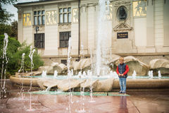 Chłopiec w starym miasteczku Fotografia Royalty Free
