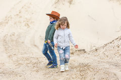 Chłopiec w szeryfa kapeluszu z pistoletem Fotografia Royalty Free