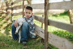 Chłopiec z barankiem na gospodarstwie rolnym Obrazy Stock