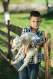 Chłopiec z barankiem na gospodarstwie rolnym Zdjęcia Royalty Free