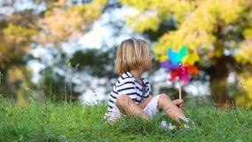 Chłopiec z barwionym pinwheel zbiory wideo